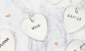 30 de idei pentru mesajele gravate pe bijuterii personalizate